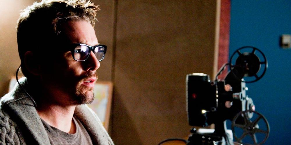 ethan hawke como diretor de cinema, usando óculos, ao lado de um projetor
