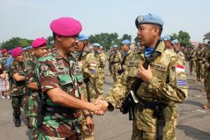 Wadan Pasmar-1 Kolonel Marinir Bambang Sutrisno M.Tr. (Han) menyalami Personel Satgas Garuda
