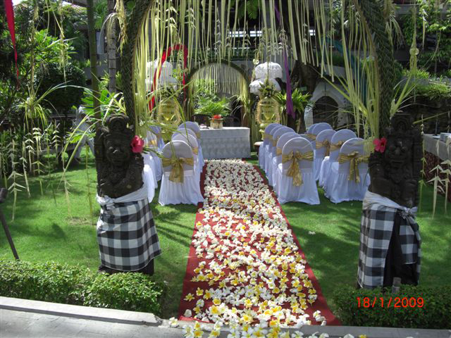 Traditional wedding decorations designs in bali for Backyard wedding decoration ideas