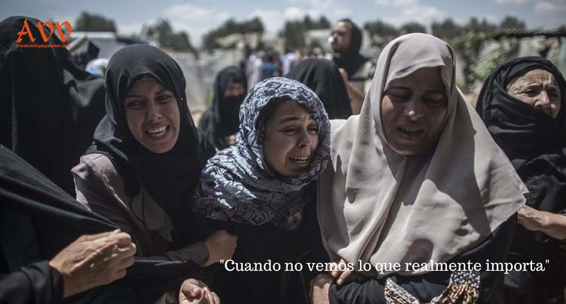 Un grupo de mujeres palestinas llora durante el funeral de la familia Abu Muamar en Khan Younis