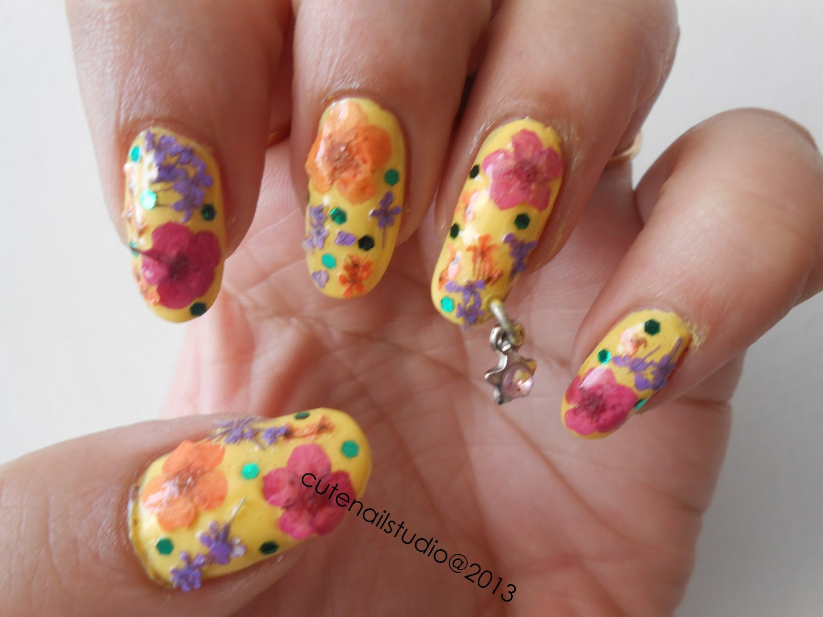 Cute nails: Nail art using dry flowers