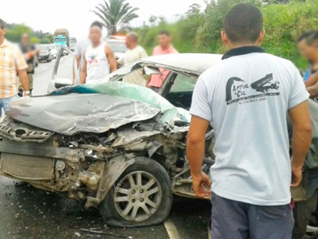 Carro envolvido em acidente na BR-101 ficou destruído próximo a Santo Antônio de Jesus (Foto: Leandro Alves/Bahia na Mídia)