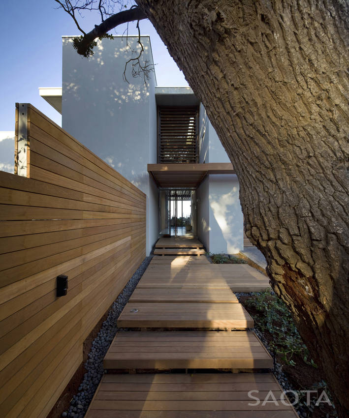 Entrance to the African modern villa in Durban by SAOTA