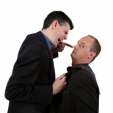 كيف تحافظ على هدوئك إذا تعرضت للنقد - رجل يوبخ موظف مدير يصرخ فى وجهه