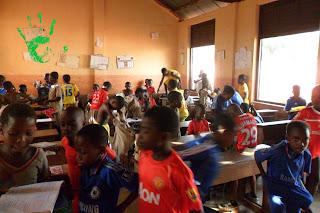 I bambini della scuola di Noepè (Togo, Africa) si preparano per fare sport