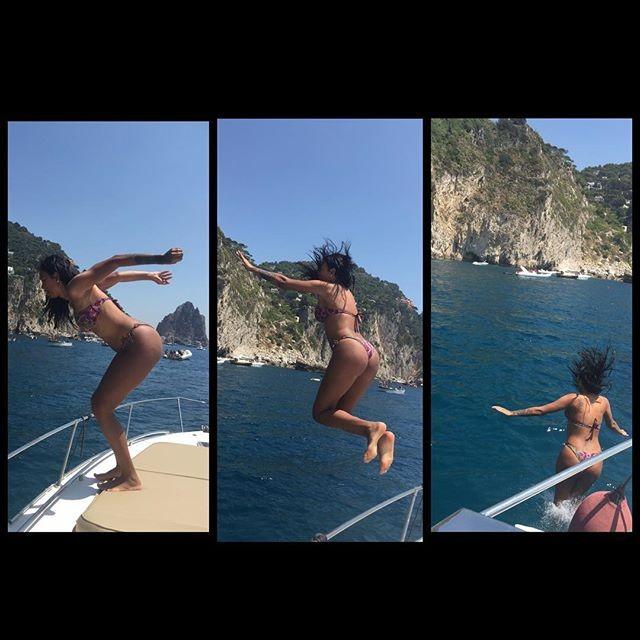 Transexual Ariadna Arantes de biquíni em Capri, Itália