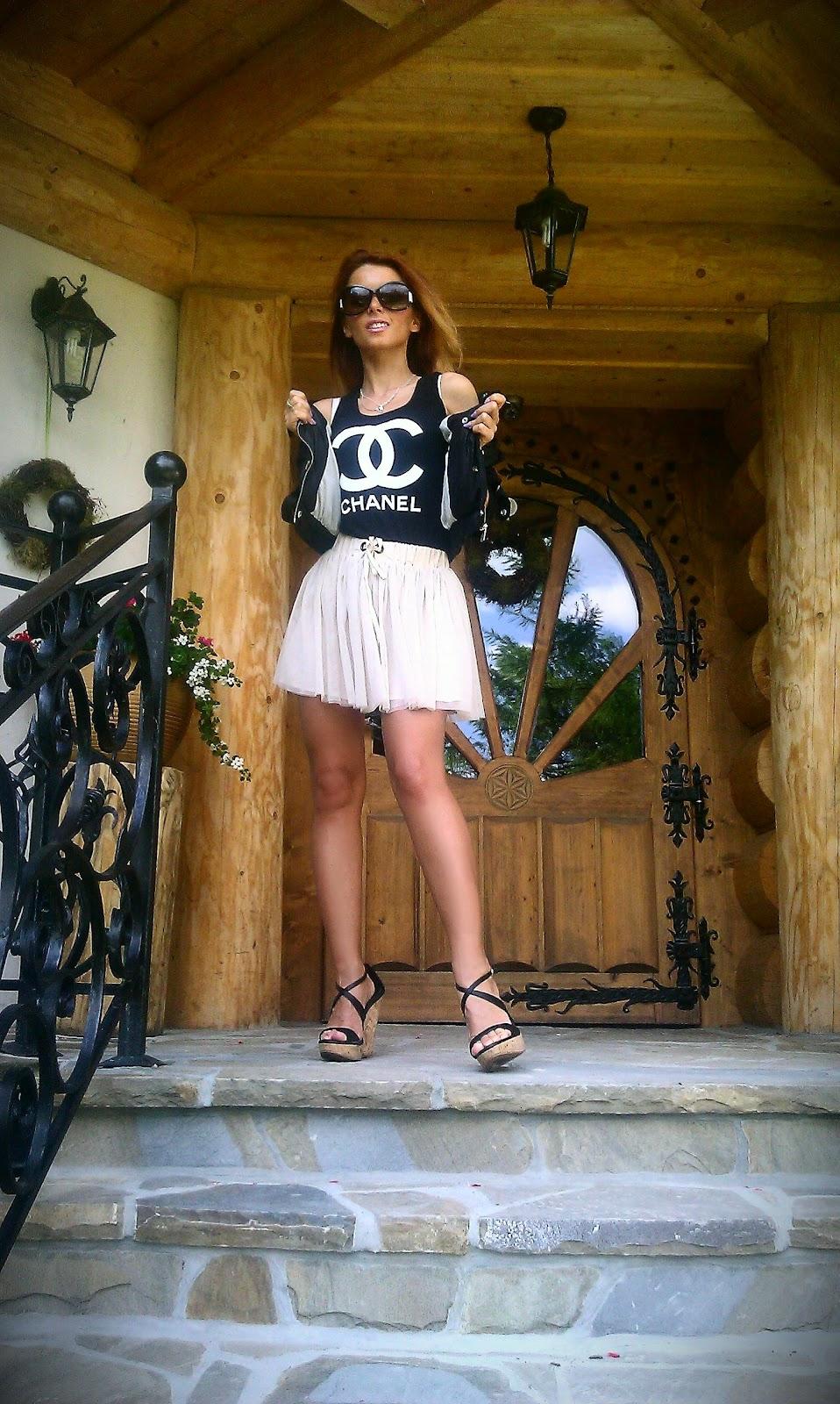 tiulowa spódniczka, t-shirt chanel