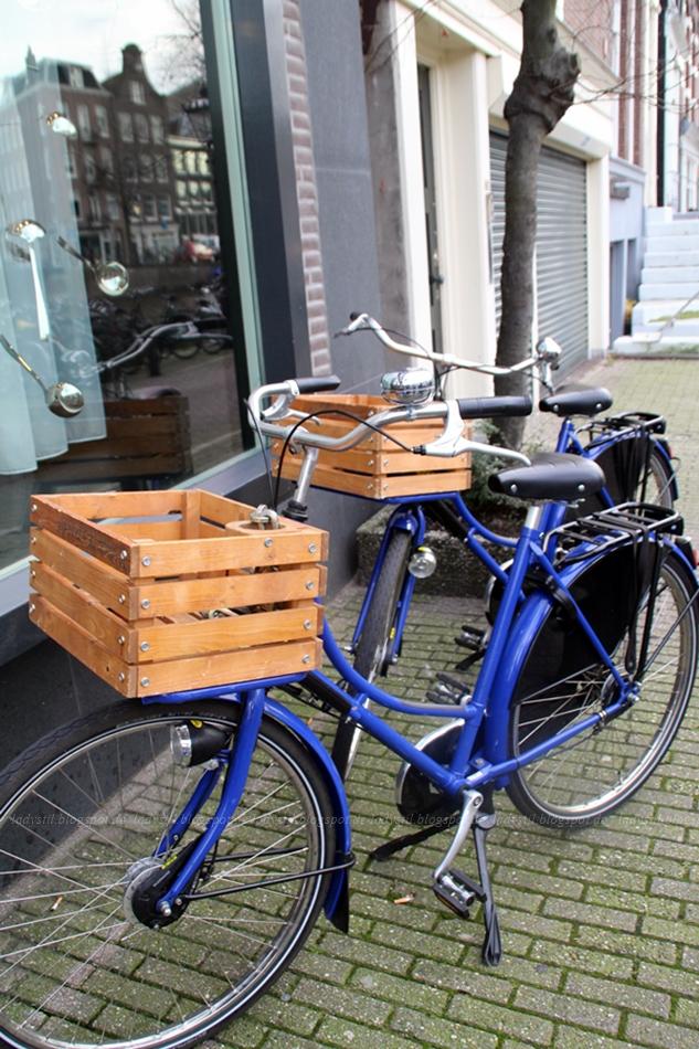 blaue Fahrräder vom Hotel Andaz in Amsterdam
