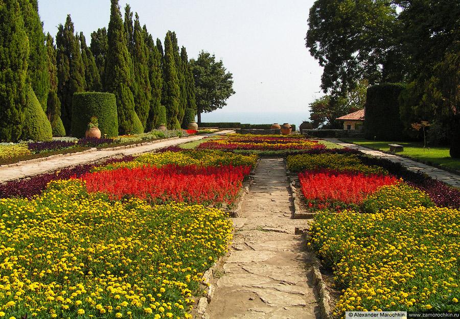 Цветочные клумбы в Ботаническом саду Балчика