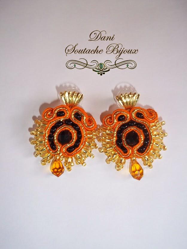 Brincos em soutache laranja e dourado com cristais rondele e miçangas jablonex