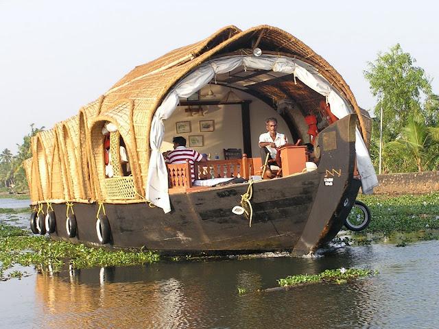 Кораблик плывущий по каналам Кералы