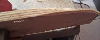 Affinage du bois de la lame de la spatule en cours