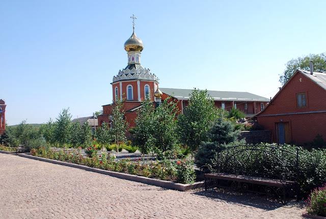 Новая церковь в Пелагеевке, в которой правят службу пока идёт реставрация старого храма.