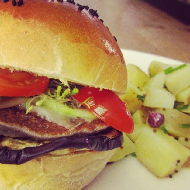 panino farcito con solo verdure e proteine vegetali