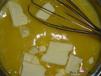 Añadiendo a la crema de limón la mantequilla