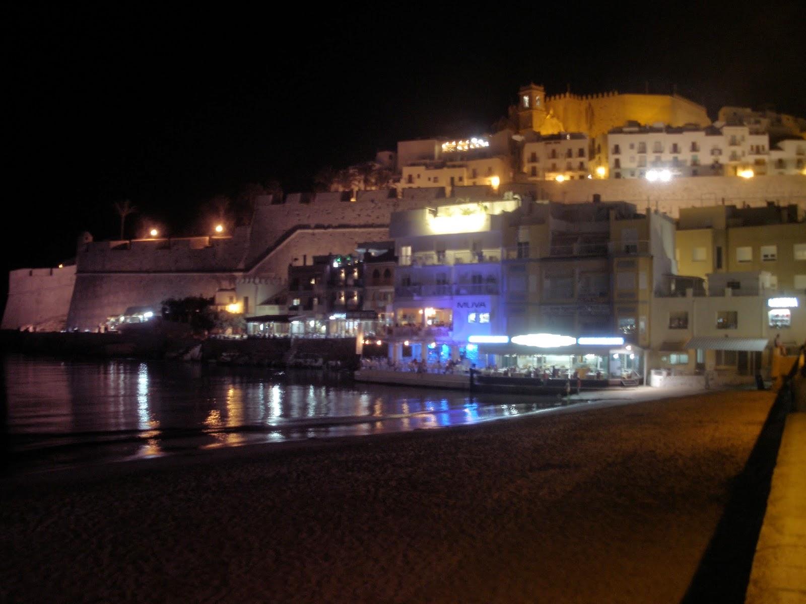 Vista nocturna del casco antiguo amurallado con el Castillo de Peñíscola en su parte más alta.
