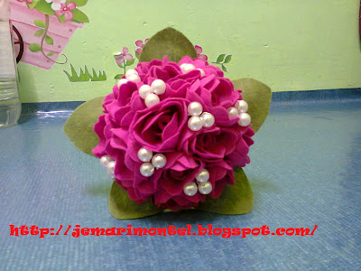bunga tangan felt roses dengan mutiara, pink terang dan daun hijau