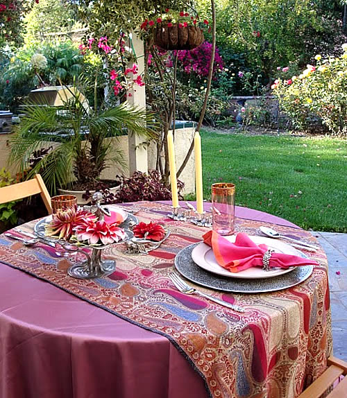 Decorate your home and set the mood for valentine 39 s day for Romantic outdoor decorating ideas