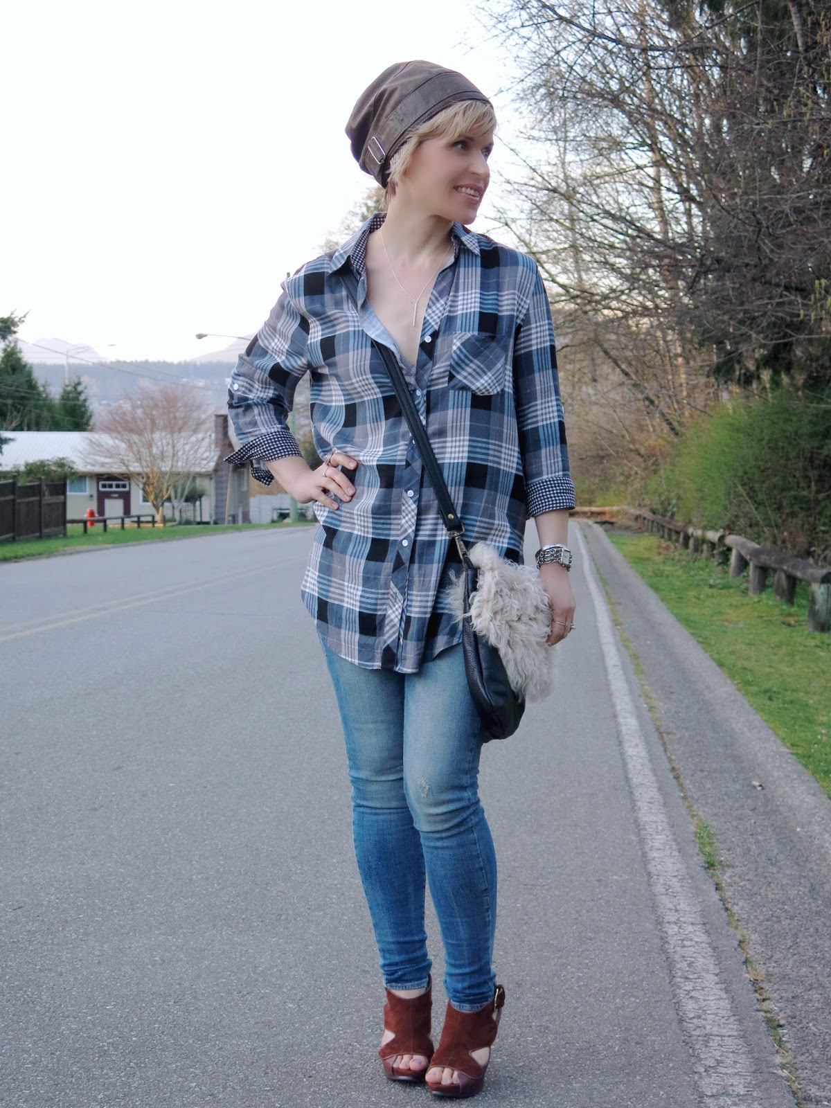 styling a plaid shirt and skinny jeans