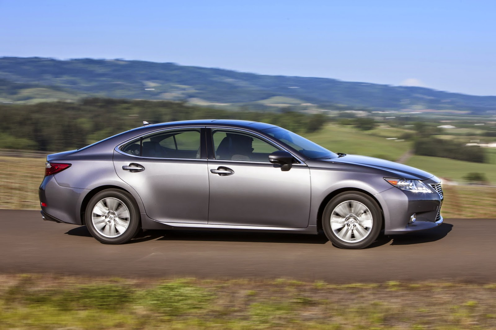 Side view of 2015 Lexus ES350