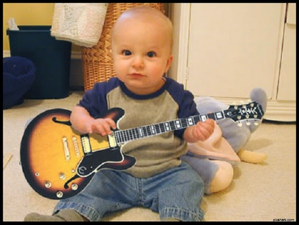 Photo bébé joue de la guitare