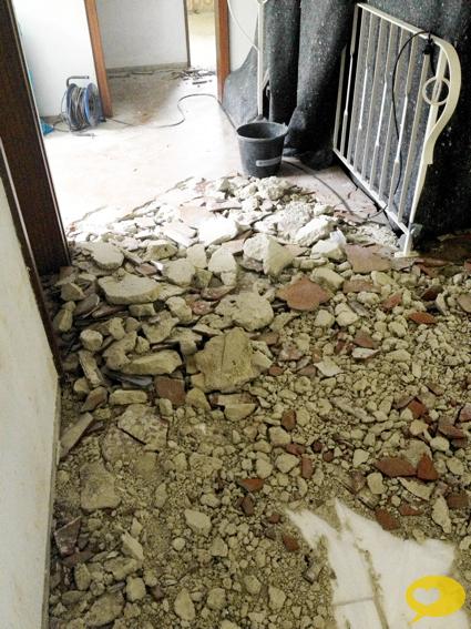 Alte Tapeten Komplett Entfernen : kam der Fliesenleger, um erst einmal die alten Fliesen zu entfernen
