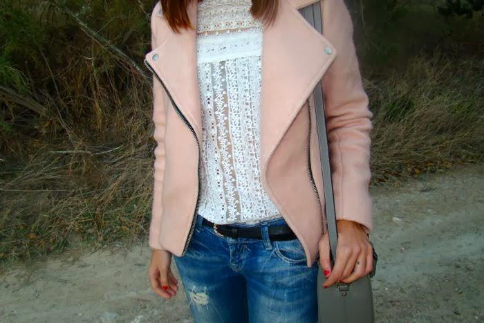 cazadora rosa, boyfriend jeans, encaje blanco, bolso gris, cinturon negro