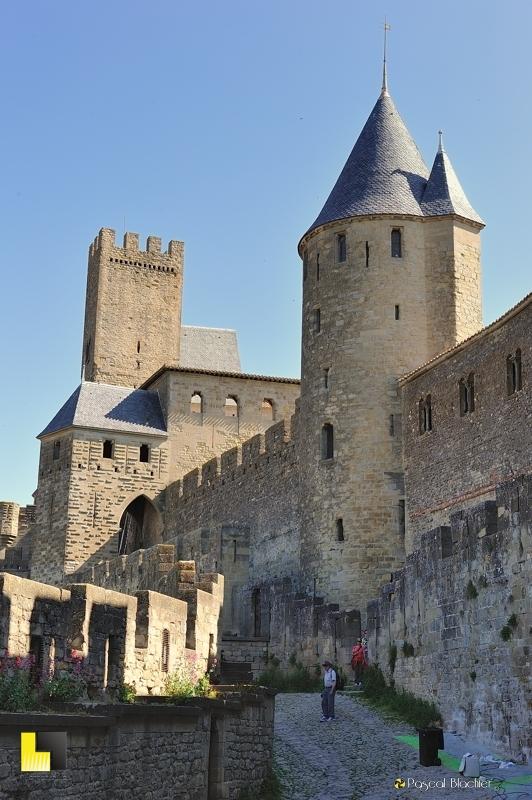 L'entrée ouest de la cité de Carcassonne photo au delà du cliché