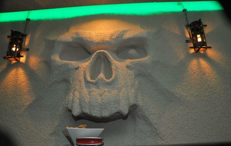 Рок Бар RockIT - скулптура череп излизащ от стената 2