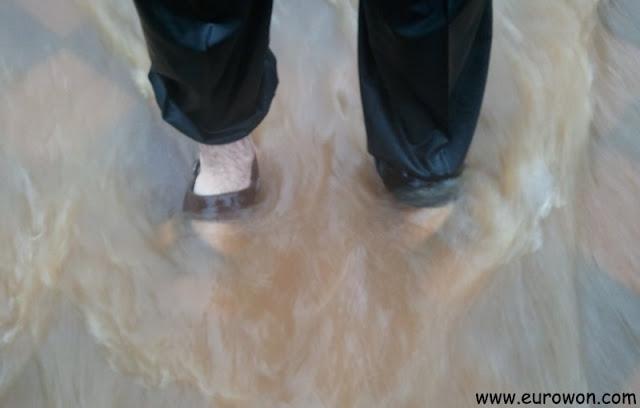 En sandalias para no mojarse los pies con la riada