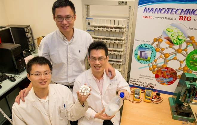 Cientistas da Universidade Tecnológica de Nanyang de Cingapura que criaram a bateria que dura 20 anos