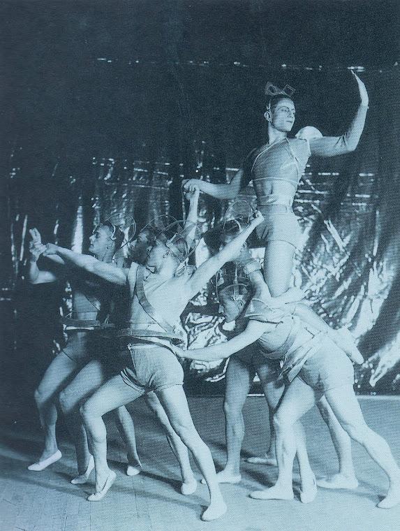 LIFAR, Serge e grupo de bailarinos no Balé A Gata [La Chatte].