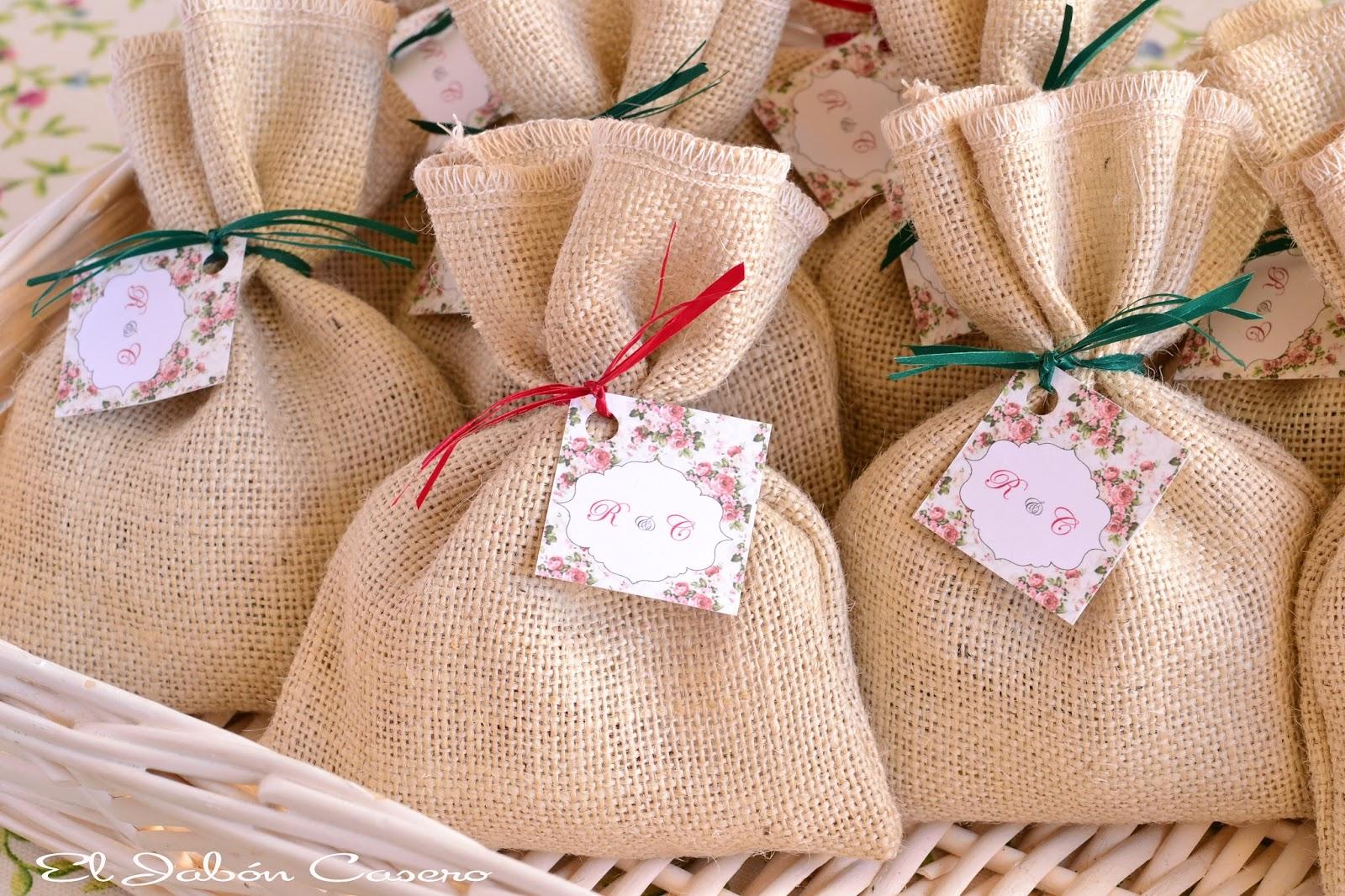 Bolsas de tela con jabones para invitados