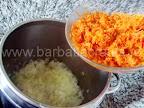 Tocana de legume cu orez si ciuperci preparare reteta - adaugam morcovul ras