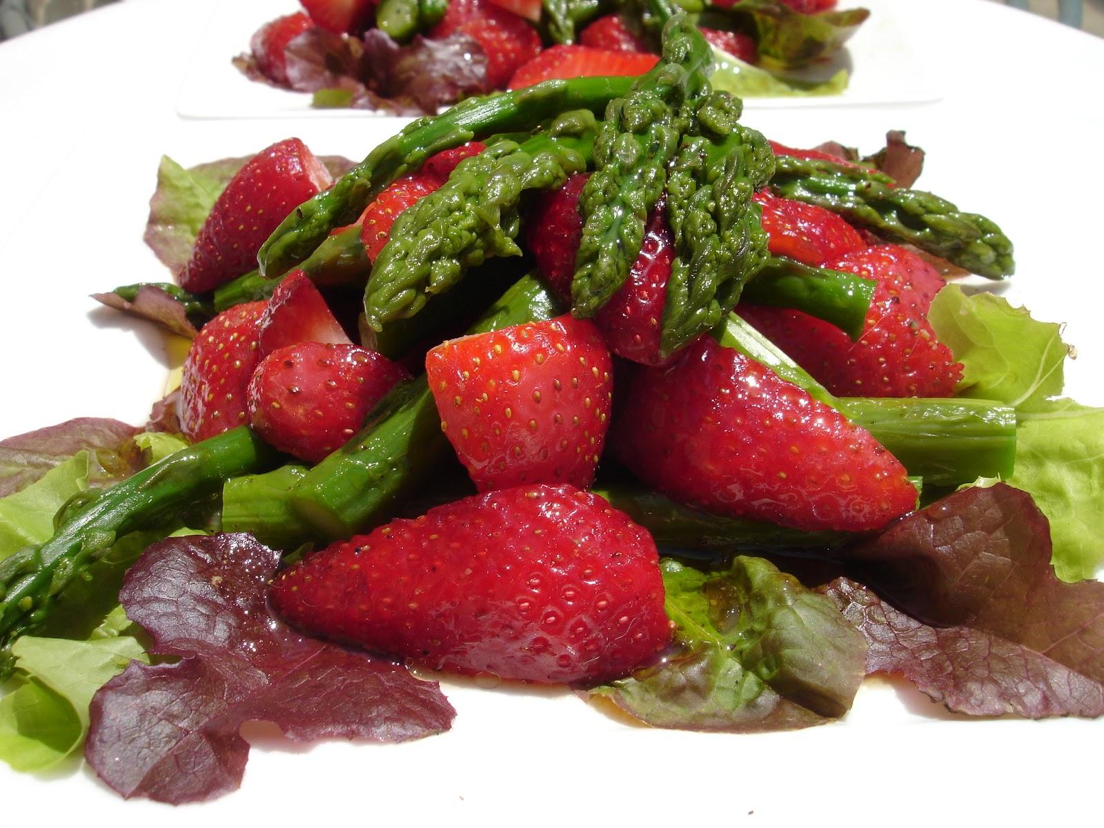 kochbuch f r max und moritz salat aus roten erdbeeren und gr nem spargel auf rot gr nem pfl cksalat. Black Bedroom Furniture Sets. Home Design Ideas