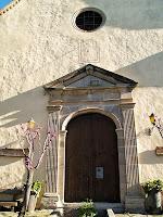 Detall del portal neoclàssic de l'església de Sant Genís d'Orís