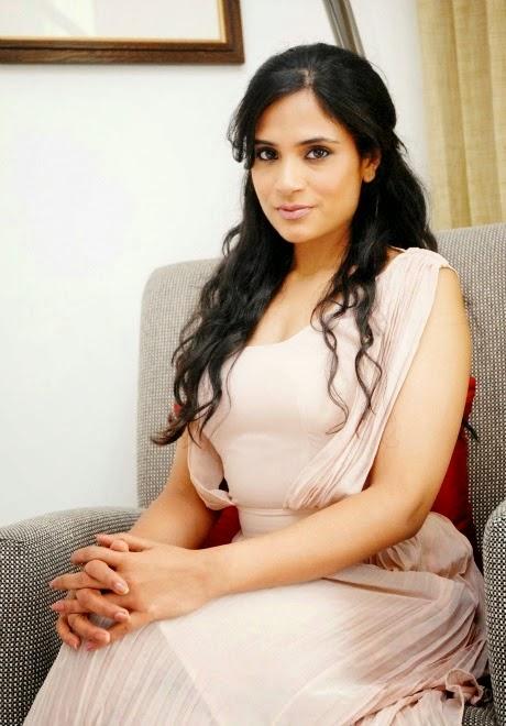 Richa Chadda hot cleavage hd wallpapers