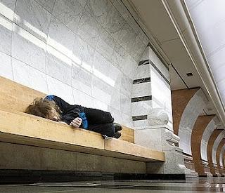 v jutru noči grem nazaj │ utrujen zadremam na postaji podzemne │ kakor berač