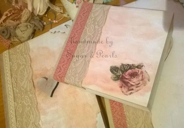 Ξύλινο κουτί μαρτυρικών με δαντέλα και τριαντάφυλλα