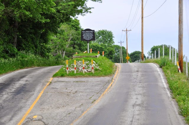 Una tumba en medio de una carretera.