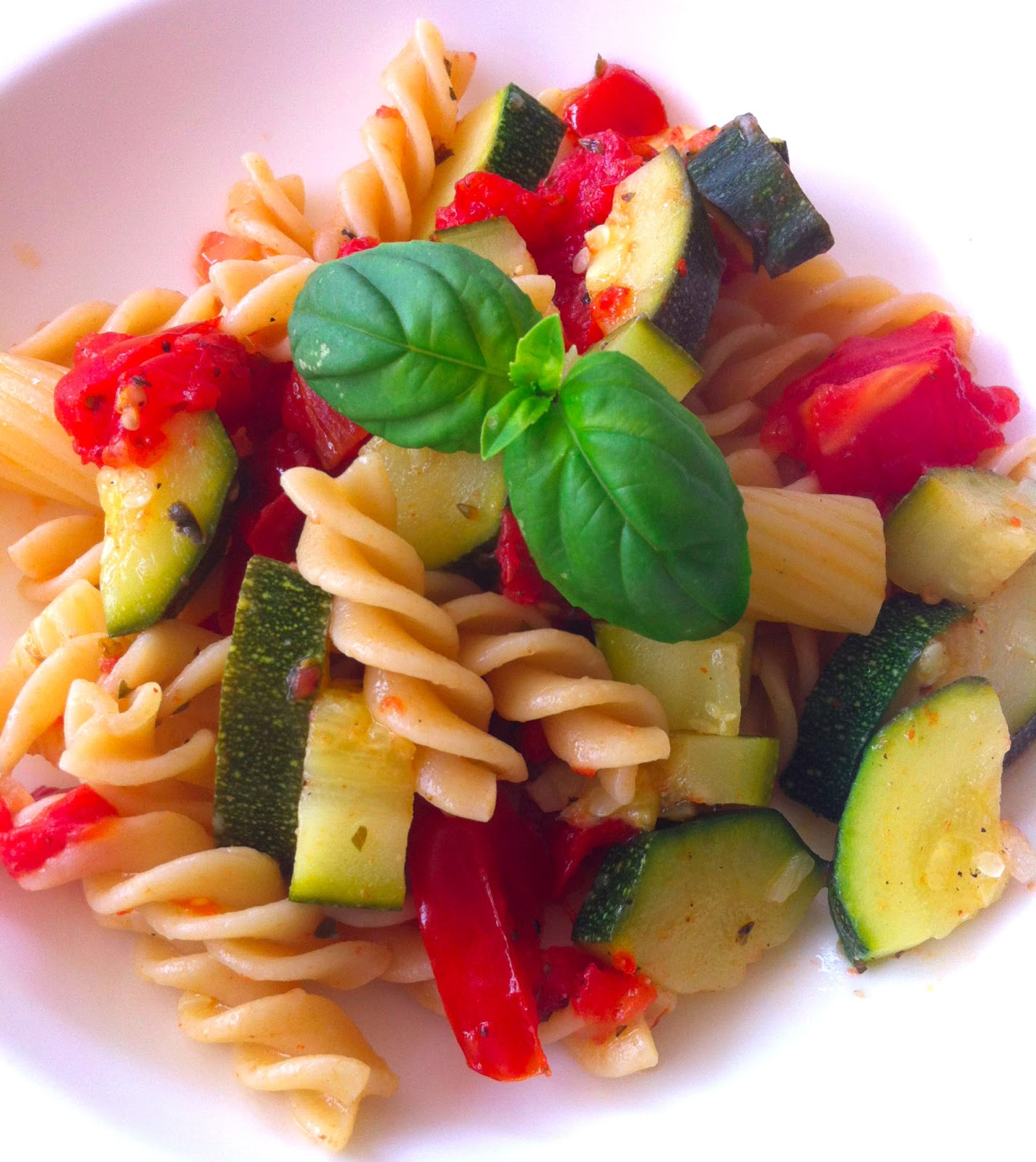 cuisiner bien pasta mit zucchini und tomate. Black Bedroom Furniture Sets. Home Design Ideas