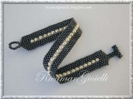 bracciale doppia fascia peyote con chiusura a T e decorazioni con perle avorio