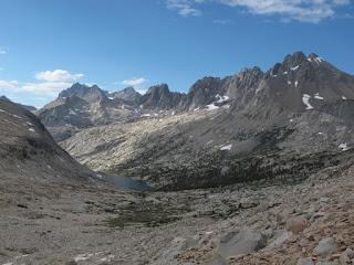 Upper Palisade Lake und die großartigen Palisades; North Palisade liegt am linken Ende der Kette