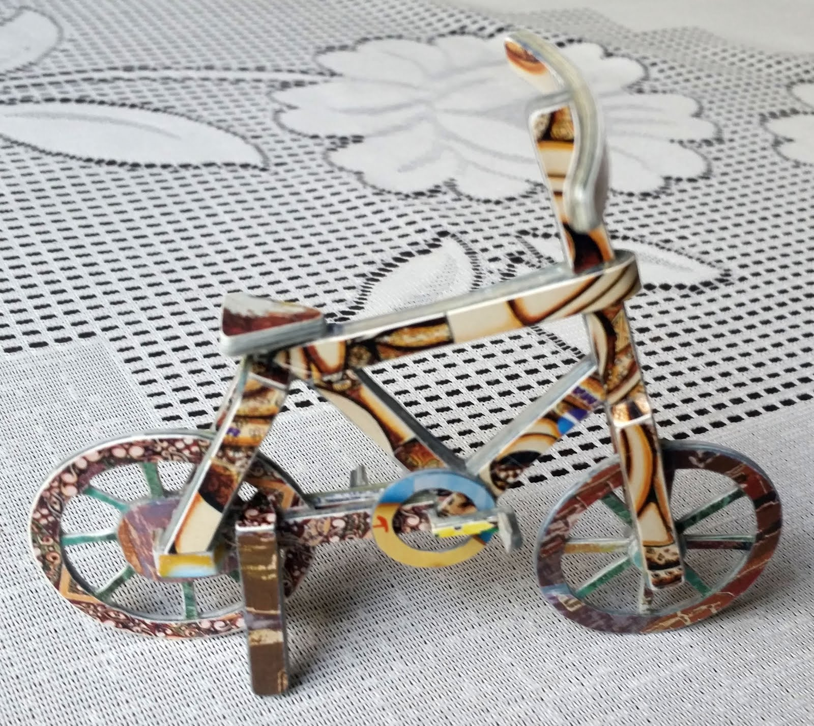 Arte feita com cartão telefônico pelo artesão Charles Meira