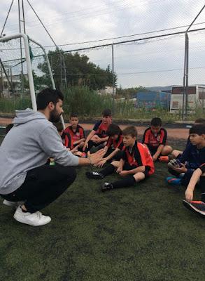 οδηγίες του προπονητή στο παιδικό τμήμα της ακαδημίας