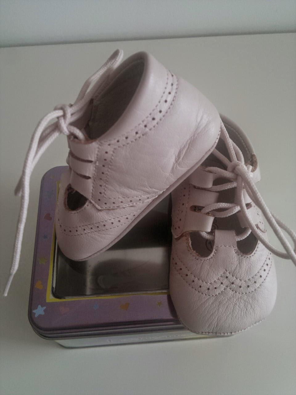 Tallas Zapatos Niños por Edad. El crecimiento de los pies de los niños no es solo muy particular, sino también muy veloz. Entre los cuatro y los seis años de edad, los pies de los niños pueden llegar a crecer un milímetro al mes.