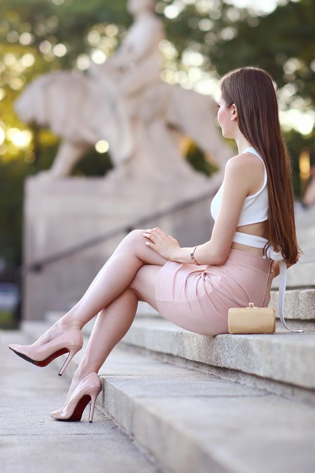 Ariadna Majewska  Dziewczyna%2Bsiedz%25C4%2585ca%2Bna%2Bschodach%2Bw%2Bszpilkach%2Bnude