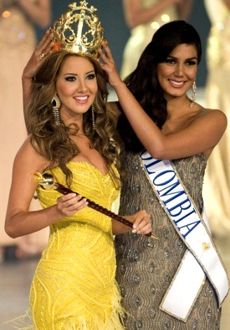 Daniella Alvarez siendo coronada