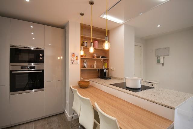 cocinas-con-estilo-cocina-blanca-con-barra-madera-santos-brezo