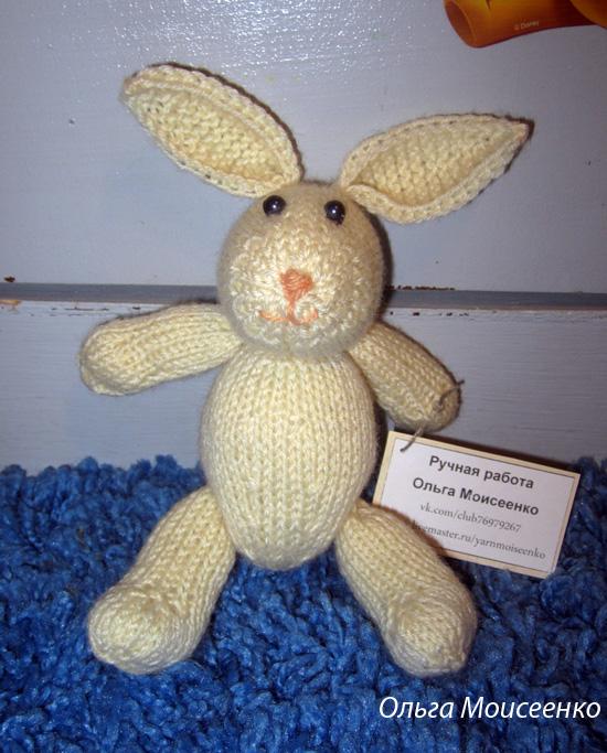 зайчик спицами, вязаная игрушка спицами, зайка с длинными ушками, белый зайка